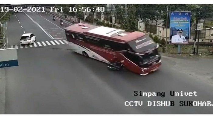 Viral Bus Terobos Lampu Merah hingga Tabrak Pengendara Sepeda Motor