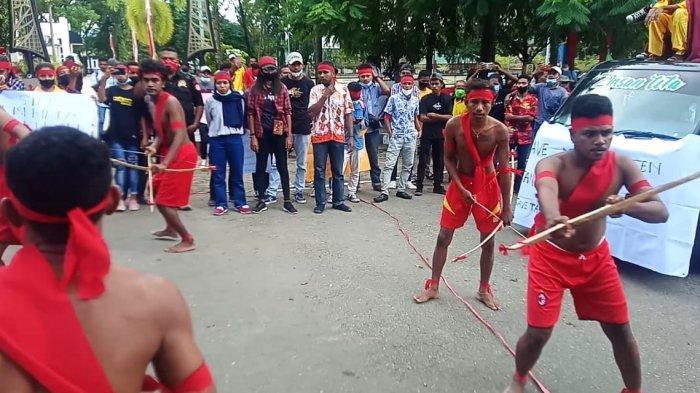 Mahasiswa Aru Menari Tari Panah di Depan Kantor Gubernur Maluku, Kecewa Tanah Adatnya Dirampas
