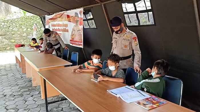 Brimob Bangun Tenda Belajar Online Bantu Anak Maluku di Masa Pandemi Covid-19
