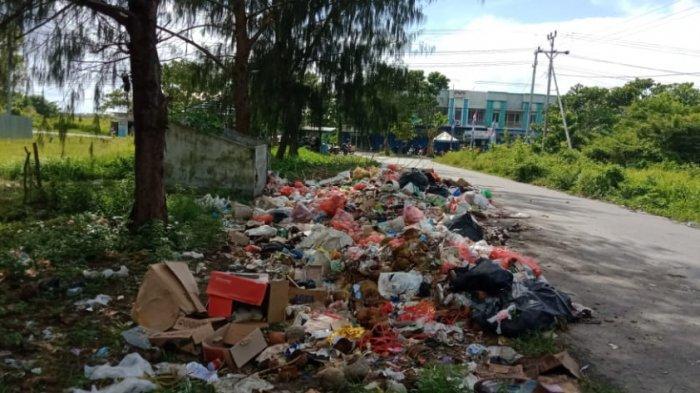 Tumpukan sampah di Pasar Tatanggo Namlea, Kabupaten Buru, belum juga dibersihkan, Senin (30/8/2021) pagi.