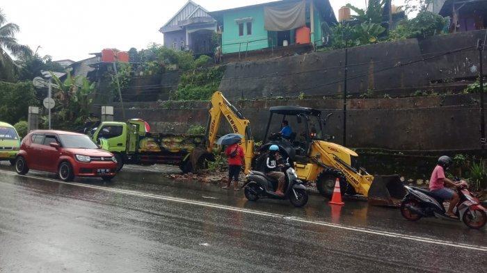 Bikin Saluran Air Tersumbat, Trotoar Rusak di Batu Merah-Ambon Akhirnya Dibersihkan