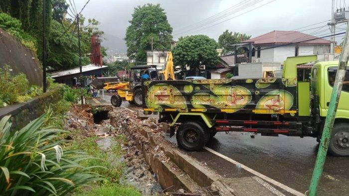 Trotoar rusak akibat pohon tumbang beberapa bulan lalu di kawasan Batu Merah, Jalan Jenderal Sudirman, Kecamatan Sirimau, Kota Ambon akhirnya dibersihkan, Rabu (8/9/2021).