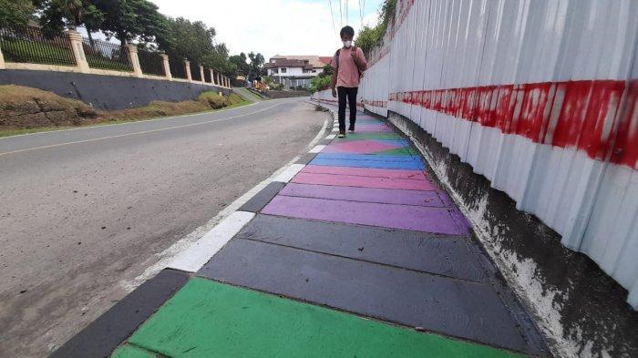 Seorang pejalan kaki tengah melintasi trotoar di kawasan jl Sultan Hasanudin, Kota Ambon