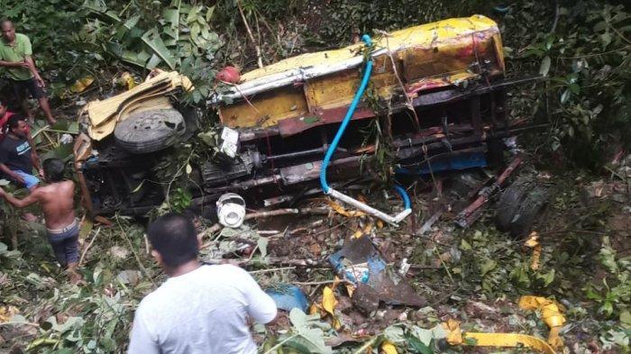 Mobil Tangki Air Tergelincir di Jurang Pinang Putih, Kenek Mobil Terluka Parah