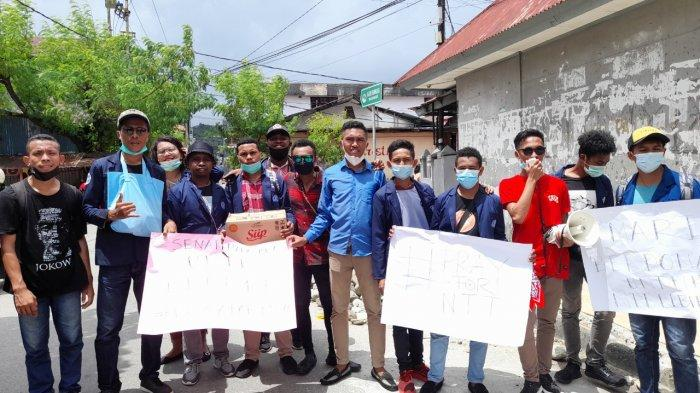 Puluhan mahasiswa yang berasal dari Universitas Kristen Indonesia Maluku (UKIM) menggelar aksi sosial peduli NTT di sejumlah ruas jalan di kawasan pusat Kota Ambon, Kamis (8/4/2021).