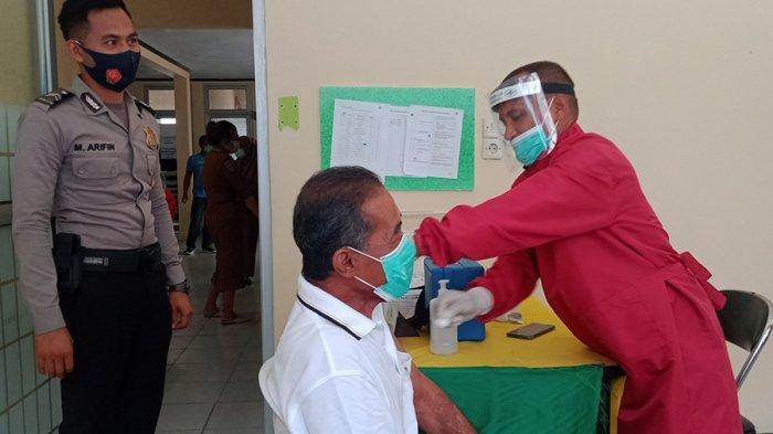 Di Buru, Vaksinasi Lansia Gunakan Jatah Vaksin Tenaga Kesehatan