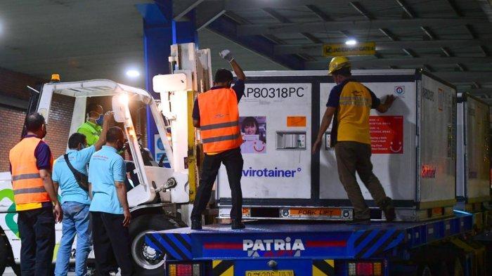 VAKSIN COVID-19 - Petugas cargo Bandara Internasional Soekarno Hatta, Cengkareng, mengangkut vaksin Sinovac, Corona, Selasa (8/12/2020)