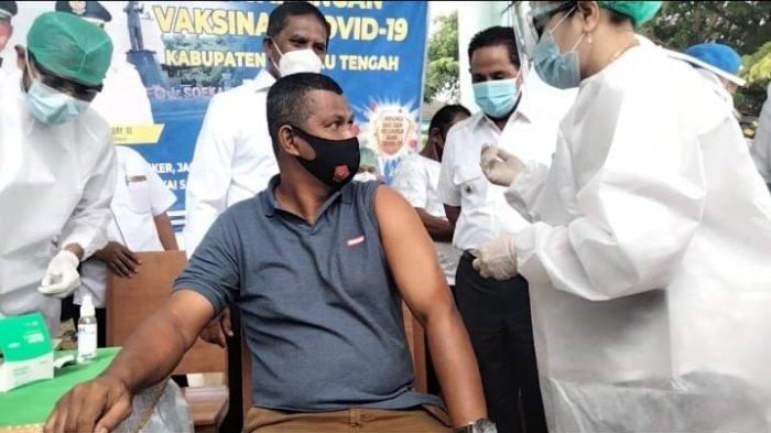 Disaksikan Bupati dan Wakil Bupati Maluku Tengah, Tuasikal Abua (Kanan belakang) Marlatu Leleury sebelah kiri Bupati saat menyaksikan  Arafudin  Kaplale wartawan salah satu media online lokal di masohi saat akan disuntik Vaksin perdana oleh vaksinator di RSUD Masohi. Rabu (27/1/2021).