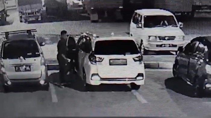 Video Viral Terekam Kamera CCTV, Wanita Tidur di Mobil Pria Nekat Masuk Lakukan Ini Lalu Lari ke Tol