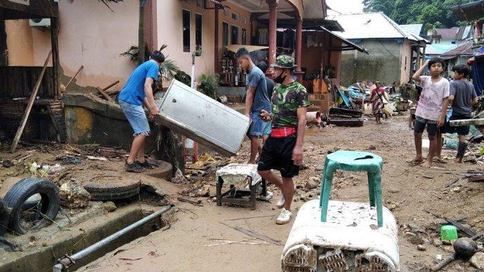 Warga Batu Merah Dalam mulai bersihkan lumpur dan sampah pasca banjir yang menggenang kawasan tersebut