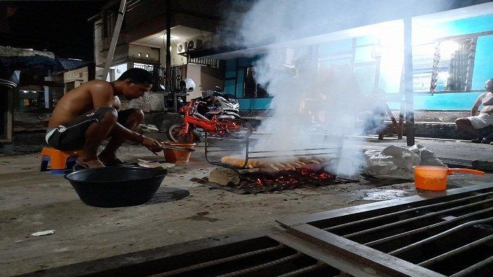 Warga di kawasan Waihaong, Kecamatan Nusaniwe, Kota Ambon merayakan malam pergantian tahun dengan acara bakar-bakar.