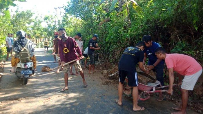 Pemerintah Abai, Warga Ahuru-Ambon Inisiatif Bersihkan Material Longsor
