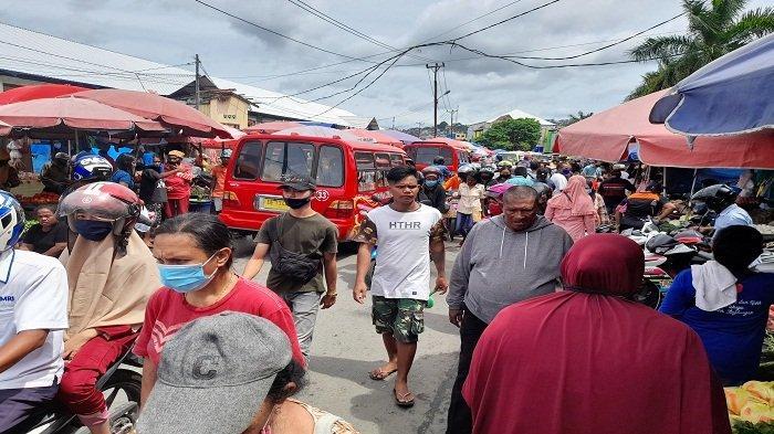 Tak Hiraukan Protokol Kesehatan, Warga Kota Ambon Memadati Pasar Mardika