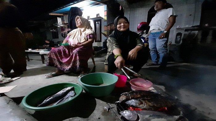 Rayakan Tahun Baru di Rumah Saja, Warga Ambon Bakar-bakar Ikan