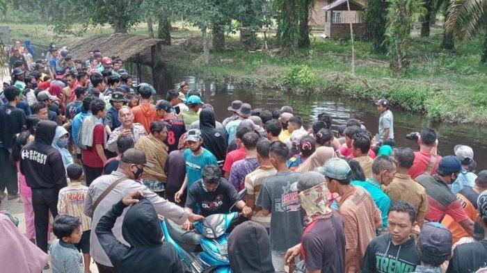 Warga yang berkerumun di Sungai Keman, setelah jenazah Sugiarti ditemukan