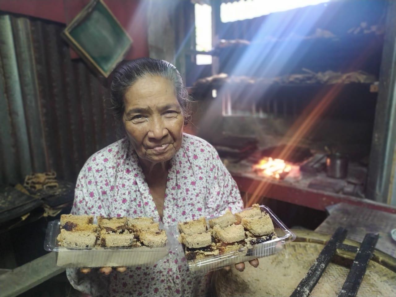 Sagu gula, camilan khas Ambon yang hampir sulit ditemui di pusat Kota Ambon. Oma Tin, seorang nenek yang telah menekuni usaha sagu gula sejak usianya yang masih belia, Desa Amahusu, Kecamatan Nusaniwe, Ambon.