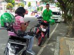 driver-ojek-online-sedang-menunggu-orderan-di-jalanan-kota-ambon.jpg