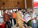 gubernur-maluku-murad-ismail-menyerahkan-bantuan-sosial.jpg