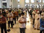 jemaah-menunaikan-salat-jumat-dengan-shaf-berjarak-1-meter-di-masjid-nasional-al-akbar.jpg