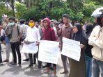 mahasiswa-unjuk-rasa-di-kantor-gubernur-maluku.jpg