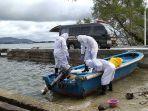 pakai-apd-lengkap-tim-biddokkes-polda-maluku-evakuasi-mayat-di-perahu-boat.jpg