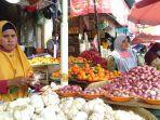 pedagang-bawang-di-pasar-mardika-sedang-menunggu-pembeli.jpg
