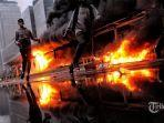 pengunjuk-rasa-membakar-halte-transjakarta.jpg