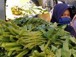 potret-pedagang-menjual-sayuran-di-pasar-mardika-kota-ambon.jpg