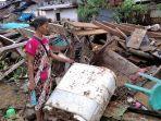 sarah-rumalutur-menyaksikan-puing-rumahnya-yang-tersapu-banjir.jpg