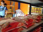 stok-beras-di-pasar-mardika-ambon.jpg