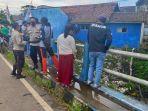 warga-dan-anggota-polsek-silo-mengawasi-jembatan.jpg