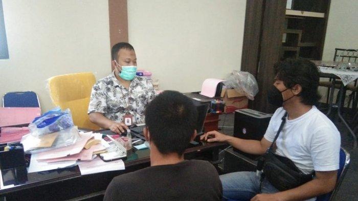 Pria berinisial AW (30) tersangka kasus rekaman video syur diserahkan penyidik Polres Belitung kepada jaksa Kejari Belitung, Jumat (11/6/2021).