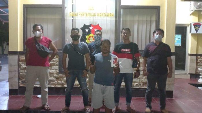 And (49) warga Desa Lubuk Besar dibekuk Tim Tupai Polres Bangka Tengah usai di introgasi dengan kasus pembelian handphone hasil curian