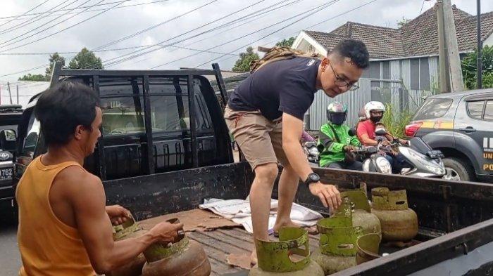 Satreskrim Polres Pangkalpinang mengamankan barang bukti, dari toko Muhardi Effendi alias Aan di Jalan Kampak, Gerunggang Pangkalpinang, Sabtu (26/6/2021)