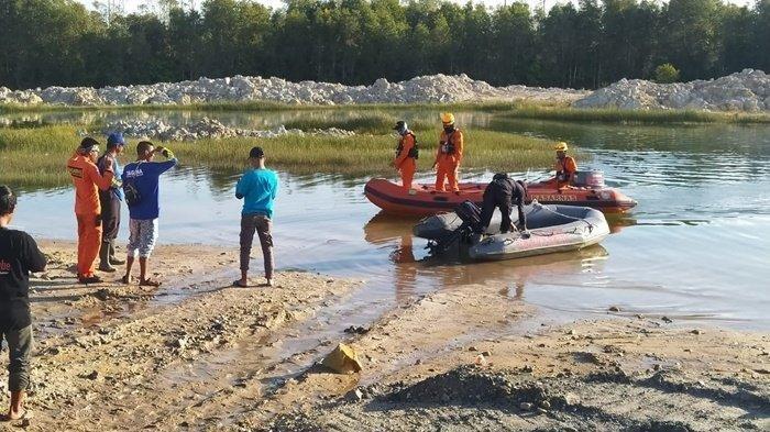 Suasana evakuasi pencarian korban diduga diterkam buaya di Desa Dukong, Simpang Pesak, Sabtu (19/6/2021).