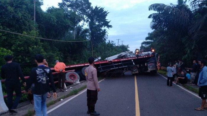 Lakantas tunggal truk trailer melintang di Jalan Raya Pangkalpiang Muntok ruas Dess Kapuk Kecamatan Bakam Kabupaten Bangka Selasa (24/8/2021).