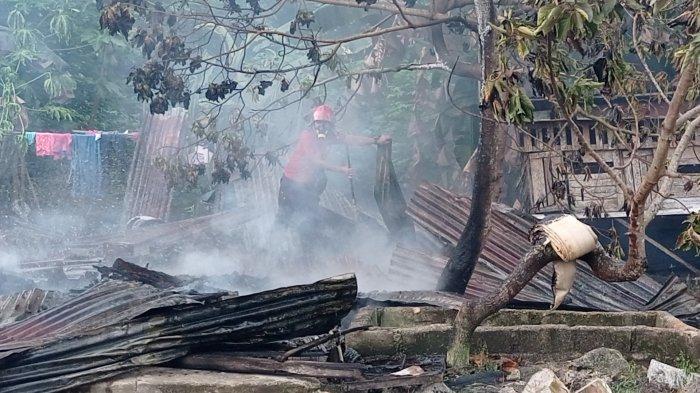 Rumah milik Reza (36) Kampung Samak, Kelurahan Menjelang, Kecamatan Muntok hangus terbakar, Selasa (28/09/2021). (