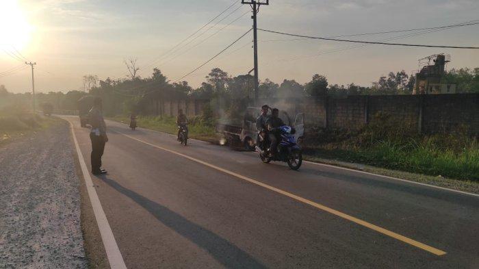 Kondisi pacsa terjadinya kebakaran mobil dipinggir jalan Air Lembur, Desa Ibul, Kecamatan Simpang Teritip, Kabupaten Bangka Barat.