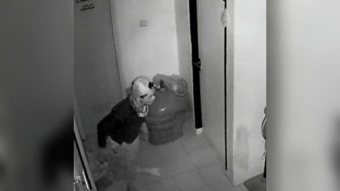 Terekam CCTV Aksi Pencuri Di Rumah Warga, Pelaku Mengendap Di Sebuah Ruangan