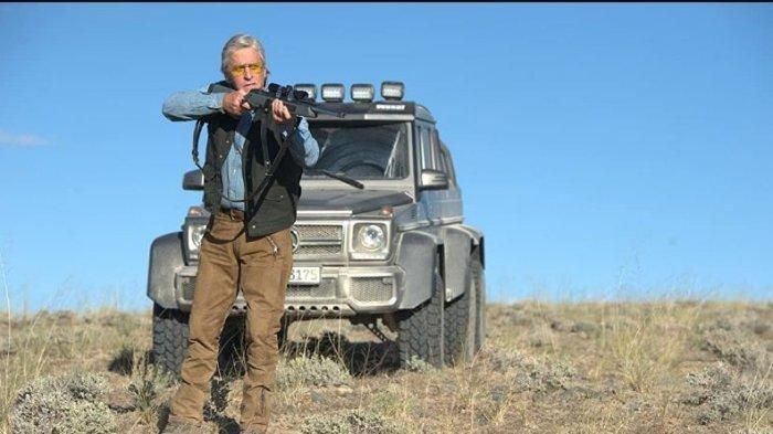 Film Beyond the Reach, Aksi Seorang Pengusaha Yang Senang Berburu