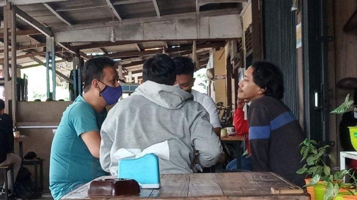 Pria Ini Diinterograsi Polisi Saat Nongkrong di Warung Kopi