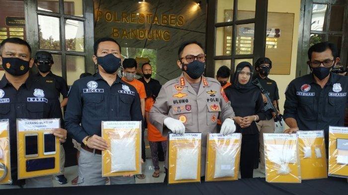 Polisi Ungkap Jaringan Pengedar Sabu, Pasutri Ditangkap Bersama 3 Rekan