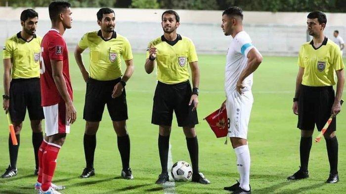 Kapten Afghanistan Farshad Noor (kanan ) yang pernah membela Persib Bandung main saat menghadapi Timnas Indonesia, Selasa (25/5/2021)