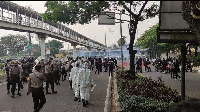 Perwira Polisi Dikeroyok Simpatisan Rizieq, Pingsan Kena Hantaman Benda Keras saat Amankan Ujuk Rasa