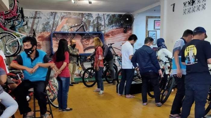Para costumer saat mencoba sepeda Polygon dan jenis sepeda lainnya di distributor jalan Koba Kota Pangkalpinang