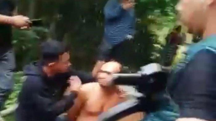 Penangkapan dua warga terlibat sabu-sabu dan dua pucuk senjata AK di Gampong Matang Peulawi, Kecamatan Peureulak, Aceh Timur, Selasa (15/6/2021) pagi kemarin (Capture Video)