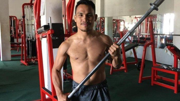 Jelang Mempertahankan Sabuk Juara, Popay Petarung MMA Lari di Pinggiran Danau Toba