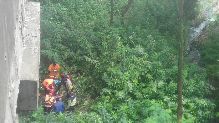 Pria Ini Ditemukan Terkapar di Bawah Jembatan Cisadane, Saat Dievakuasi Dalam Keadaan Sadar