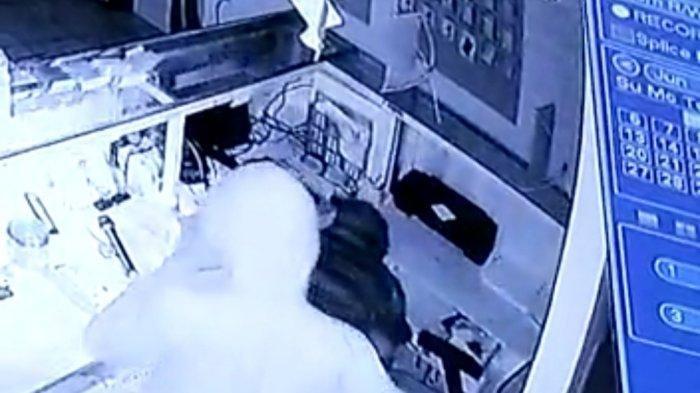 Kawanan Pencuri Gasak 50 Handpone Dan Uang Tunai