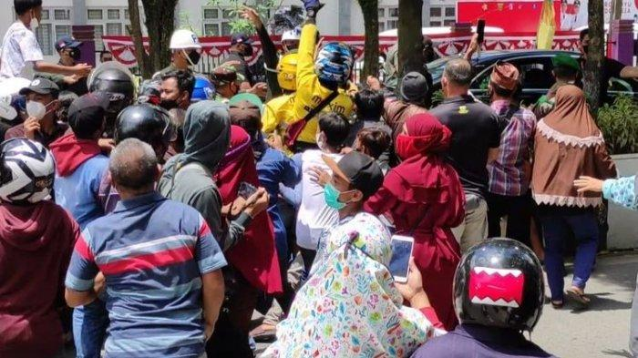 Mobil Presiden Berhenti di Jalan, Diserbu Warga Samarinda Berebut Baju Kaos Bergambar Wajah Jokowi